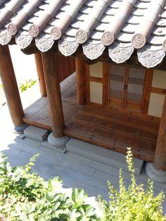 명부전 앞 뜰에서 내려 본 궁현당 툇마루 Learn Korean, Outdoor Furniture, Outdoor Decor, Wind Chimes, Gardening, Learning, Home Decor, Decoration Home, Room Decor