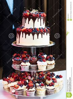Drip Strawberry Chocolate Wedding Cake and Cupcakes .- Drip Strawberry Chocolate Wedding Cake and Cupcakes … – - Bolo Geode, Geode Cake, Alternative Wedding Cakes, Wedding Cake Alternatives, Cheesecake Wedding Cake, Fruit Wedding Cake, Cupcake Wedding Display, Fall Wedding Desserts, Strawberry Wedding Cakes