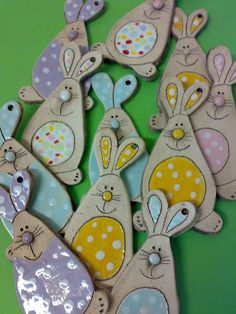 Zajda ušajda / vendor goods Jakča and Ufola Clay Projects, Clay Crafts, Projects For Kids, Fimo Clay, Ceramic Clay, Easter Arts And Crafts, Sculpture Painting, Easter Crochet, Craft Show Ideas