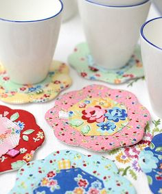 Pretty Flower Coasters are a Breeze to Make - Quilting Digest The Coasters, Quilted Coasters, Fabric Coasters, Scrap Fabric Projects, Fabric Scraps, Quilting Projects, Sewing Projects, Small Quilts, Mini Quilts