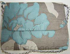 Carteira nellfernandes trapézio em brocado floral azul e cinza.