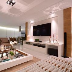 Sala de estar em laca branca r freijó. Projeto do Studio Santarosa.