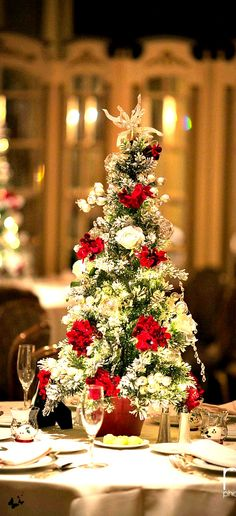Elegant And Beautiful Tabletop Christmas Tree Centerpieces Ideas 41 Tabletop Christmas Tree, Mini Christmas Tree, Christmas Table Settings, Christmas Tablescapes, Christmas Tree Decorations, Christmas Holidays, French Christmas, Christmas Ideas, Christmas Napkins