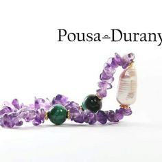 Para un domingo lluvioso, POUSA DURANY nos ofrece la serenidad de la amatista combinado con la creatividad de la malaquita y la feminidad de la perla rosa.