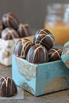 These Caramelized White Chocolate Truffles are filled with a rich caramelized white chocolate ganache. You won't believe white chocolate can taste so good! Chocolate Brands, Chocolate Shop, Chocolate Fudge, Homemade Chocolate, Chocolate Lovers, Chocolate Heaven, Chocolate Pics, Chocolate Bowls, Chocolate Party