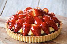 Min opskrift på hjemmelavet jordbærtærte! Den bedste tærte med jordbær, der laves med mazarinbund, vaniljecreme og friske jordbær. Og så er den nem at lave. Jordbærtærte! Min absolutte yndlingskage. Allerbedst med de nye, danske jordbær, men