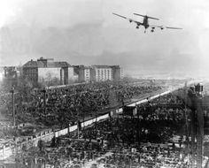 1948 Ein Transportflugzeug der US-Luftwaffe im Landeanflug auf den Flughafen Tempelhof
