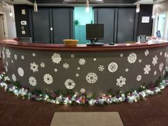 Front desk with snow flakes and garland Whoville Christmas Decorations, Christmas Staircase Decor, Christmas Door, Simple Christmas, Holiday Decorations, Doctors Office Decor, Christmas Projects, Christmas Ideas, Front Desk