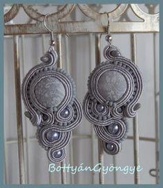 Szürke aszimmetrikus sujtás fülbevaló - tekert - Grey soutache asymmetrical earrings - wrapped