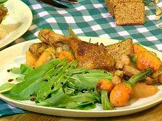 Aprende a preparar esta receta de Pato confitado al membrillo con pan de especias, por Bruno y Olivier  en elgourmet Meat, Chicken, Food, Gourmet, Baby Carrots, Spices, Plate, Recipes, Duck Confit
