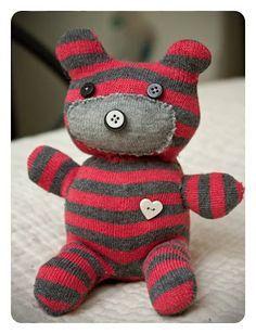 Olha que idéia legal, urso de pelúcia feito de meia e botões. O passo a passo você encontra aqui - http://www.artesanatopassoapassoja.com.br/como-fazer-um-urso-de-pelucia-com-meia-passo-a-passo/. www.bambalalaobrinquedos.com.br Uma loja de brinquedos diferente e criativa. Apoiando e espalhando ideias criativas (Foto: rawrcreatures.com)