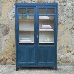 Valérie - armoire bibliothèque en bois peinte en bleue intérieur blanc : Meubles et rangements par boutique-vintage-des-ruats