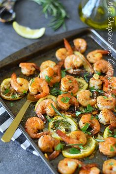 Crevettes au four (citron, romarin) … Shrimps in the oven (lemon, rosemary) Shrimp In The Oven, How To Cook Shrimp, How To Cook Quinoa, Baked Shrimp Lemon, Roasted Shrimp, Shrimp Recipes, Diet Recipes, Cooking Recipes, Healthy Recipes