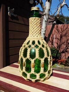 Macrame Design, Macrame Art, Macrame Projects, Macrame Knots, Glass Bottle Crafts, Diy Bottle, Bottle Art, Diy Art Projects Canvas, Cool Diy Projects