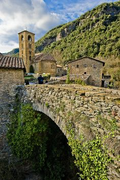 El pont de Beget / The bridge of Beget. Welcome to Catalonia. Polos BATECH®'s Country! The Places Youll Go, Places To See, Travel Pictures, Travel Photos, Beautiful World, Beautiful Places, National Geographic Photographers, Spain And Portugal, Gaudi