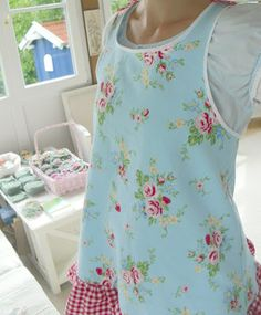 Makes ya wanna get in the kitchen. Aprons Vintage, Vintage Shabby Chic, Cocina Shabby Chic, Sewing Aprons, Rose Cottage, Fabric Wallpaper, Vintage Designs, Granddaughters, French Style