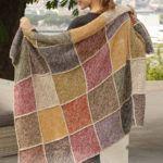 Gratis strikekopskrift på flot strikket tæppe til din bolig. Strikket tæppe i firkanter er nemt at strikke, og luner dejligt