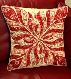 This gorgeous variation on the Feathered Elegance cushion was made by the lovely Elaine! 😊 We just love it.