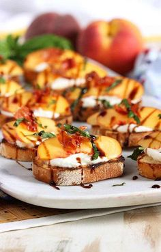 Appetizer Recipes Discover Honey Ricotta Peach Crostini with Crispy Pancetta - The Suburban Soapbox Super easy summer appetizer ready in minutes! Honey Ricotta Peach Crostini with Crispy Pancetta is the perfect party starter. Simple and quick! Easy Summer Meals, Summer Recipes, Easy Meals, Crostini, Gula, Think Food, Le Diner, Clean Eating Snacks, Ricotta