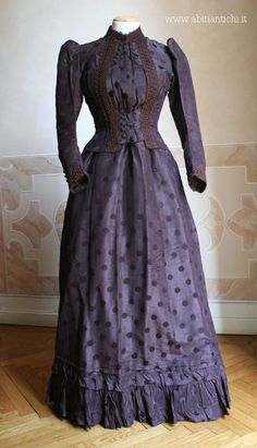 Dress of 1890, in two pieces (bodice and skirt) made brown silk.