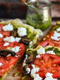 De tomates y queso mozzarella, la pizza.