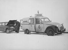 Wegenwacht in actie in hartje winter in een Citroën 2CV. Deze auto's zijn in 1959 in gebruik genomen want tot die tijd reden de mannen van de Wegenwacht op motoren.