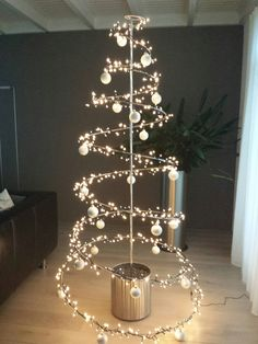 Ideas For Diy Christmas Tree Alternative Natal Creative Christmas Trees, Christmas Flowers, Diy Christmas Tree, Modern Christmas, Xmas Tree, Simple Christmas, Christmas Lights, Christmas Holidays, Invisible Christmas Tree