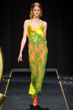 Versace Fall 2019 Ready-to-Wear Fashion Show - Vogue Milan Fashion Weeks, Fashion 2020, 90s Fashion, Retro Fashion, Runway Fashion, High Fashion, Fashion Trends, Daily Fashion, Street Fashion