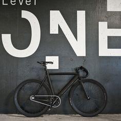 Level One Matte Black and White fixie, fixed gear Velo Retro, Velo Vintage, Velo Design, Bicycle Design, Fixi Bike, Bicycle Garage, Bicycle Shop, Bici Fixed, Displays