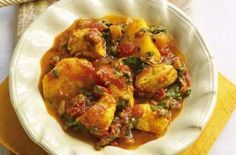 This chicken and potato curry recipe is one of the most popular recipes on goodtoknow. Cook your chicken breasts in a rich tomato-based curry sauce for a filling, yet healthy meal. Get the recipe: Chicken and potato curry Slimming World Dinners, Slimming World Diet, Slimming World Recipes, Slimming Eats, Slimming Worls, Chicken And Potato Curry, Onion Chicken, Chicken Potatoes, Chicken Tikka