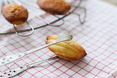 Deze sinaasappel madeleines zijn een fijne twist op het klassieke recept voor madeleines, Makkelijk en heerlijk!