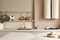 Harmony and design: una cocina extremadamente elegante Kennedy Nolan, Timber Shelves, Terrazzo Flooring, Splashback, Bespoke Design, Soft Furnishings, Interior Architecture, Interior Design, Creative Design