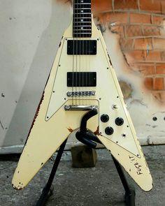 James Hetfield's Gibson V . . . #jameshetfield #jaymz #papahet #jameshetfieldfans #jameshetfieldlovers #metallica #metallicafans #metallicafamily #gibsonguitar #gibsonguitars #gibson #gibsonv