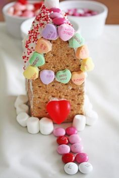 Valentine's Day candy house DIY   CatchMyParty.com Valentine Crafts For Kids, Valentine Day Special, Valentines Day Treats, Be My Valentine, Valentine Party, Valentine Ideas, Party Activities, Fun Activities For Kids, Senses Activities