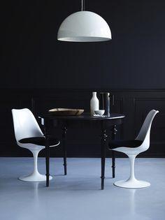 Musta seinä, vanha pöytä, tuolit