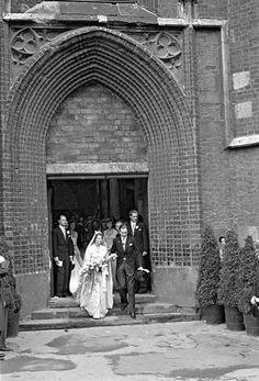 Prinz Ernst August (1914–1987) und Ortrud, Prinzessin von Schleswig-Holstein-Sonderburg-Glücksburg, gingen 1951 den Bund der Ehe ein. Tausende säumten die St... Ernst August, Royal Weddings, Marie, Germany, Painting, Comic, Newlyweds, Princess, Wedding