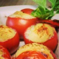 Buenos días, feliz Jueves!! El tip de hoy es una receta para tus cenas: Tomates griegos. Los tomates contienen poca grasa y propiedades que te ayudan a concebir el sueño relajando tu cuerpo del estrés. Necesitas: 1 tomate, 1/2 d iente de ajo y 1 ramita de albahaca finamente picada, algunos cubitos de queso light, 1 pizca de sal y pimienta. Corta el tomate a la mitad y colócalo en un recipiente de cocción; sobre la mitad, esparce todos los ingredientes e introdúcelo en el horno a vapor a…