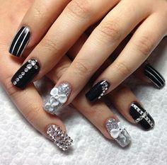 Lindisimas uñas acrilicas en negro y plata adornadas con Zwarovzki y pequeños moños en 3D