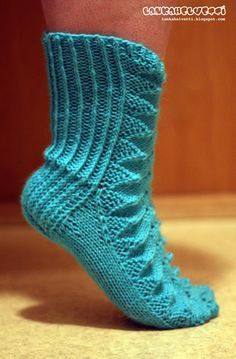 LANKAHELVETTI: Piirakkasukat ohjeen kera Lace Socks, Wool Socks, Knitting Socks, Hand Knitting, Knitting Patterns, Crochet Ripple, Tunisian Crochet, Knit Crochet, Knitting Videos