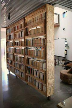 séparation de pièce avec bibliothèque minimaliste