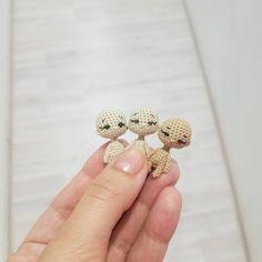 Сегодня в рубрике #сондляслабаков три лысых глазастых головастика Для меня до сих пор остаётся загадкой, каким образом они получаются такими разными #ami_dolls_work #wip #tinycrocheting