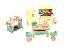 Tolles Küchen Set für die Puppenhäuser von Le Toy Van. Alle Teile sind aus Holz und auch teilweise aus Kunststoff (Tassen und Teller).    Achtung: Nicht für Kinder unter 36 Monaten geeignet