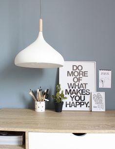Scandinavische witte lamp houten stuk https://www.directlampen.nl/scandinavische-hanglamp-bronq-hella-wit-o33-cm