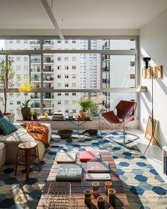 tapete estampado e móveis bacanas em tons de marrom e azul