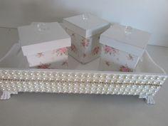 Kit de higiene tema princesa todo branco com aplique de perola e istras , peça de madeira 100% MDF laqueado , medi 25 cm x 35 cm x 7cm , com 3 potes .
