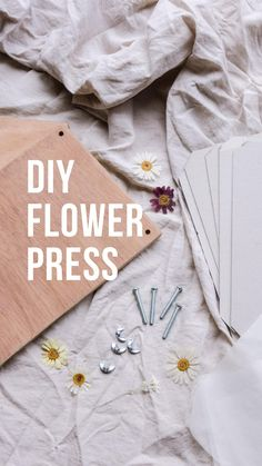 Flower Crafts, Diy Flowers, Fresh Flowers, Leaf Projects, Diy Projects, Recycled Paper Crafts, Flower Video, Things To Do When Bored, Pressed Flower Art