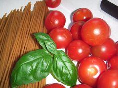 Rezept für vegane Spaghetti mit Tomatensauce - Vegane Nudelrezepte #rezept #vegan Spaghetti, Vegetables, Food, Pasta Meals, Basil, Easy Meals, Meal, Eten, Vegetable Recipes