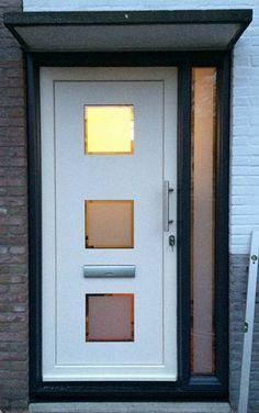 Moderne witte voordeur geplaatst door Kroon Kozijn den Haag