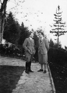 Hitler falando com Rudolf Hess no caminho entre o Berghof ea Mooslahner Teahaus.
