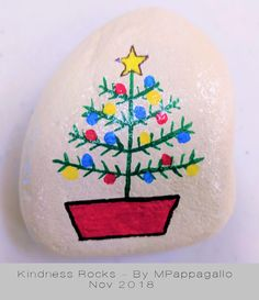 Christmas Trees and Light Strings. Stone Art Painting, Seashell Painting, Pebble Painting, Pebble Art, Rock Painting Patterns, Rock Painting Ideas Easy, Rock Painting Designs, Painted Rocks Craft, Hand Painted Rocks